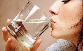 Mujer tomado agua